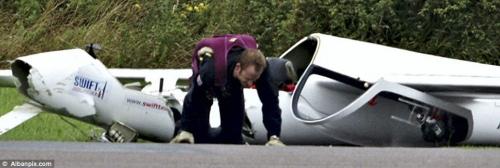 Пилот выбирается из обломков планера