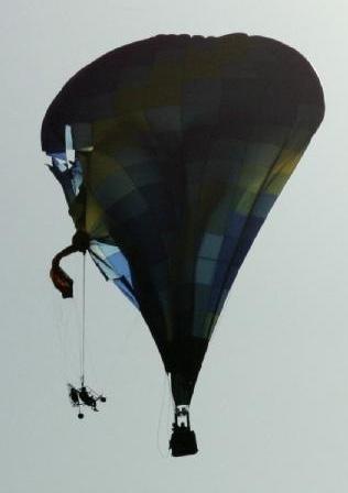 Столкновение воздушного шара и паралёта
