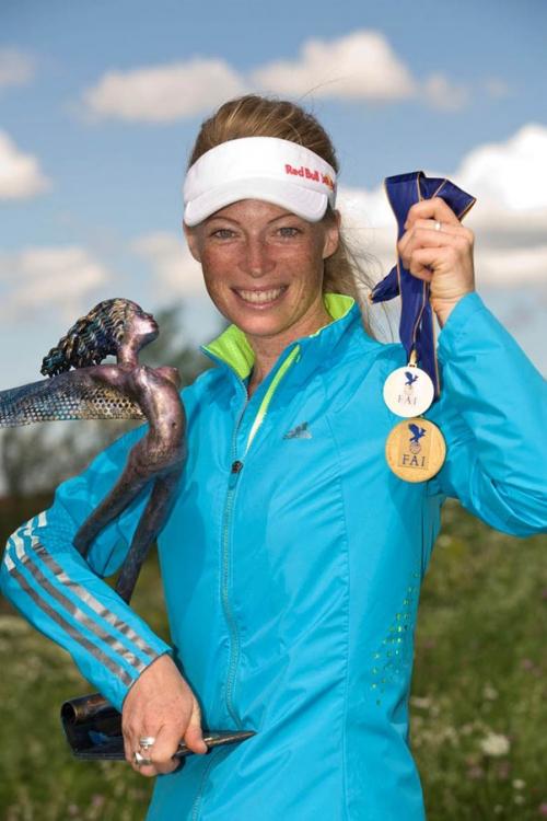 Коринна Швегерсхаузен с медалями и призом с Чемпионата Мира 2011